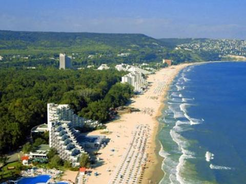 The first tourists arrive in Albena
